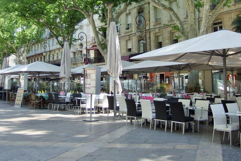 Outdoor restaurants in Avignon, France